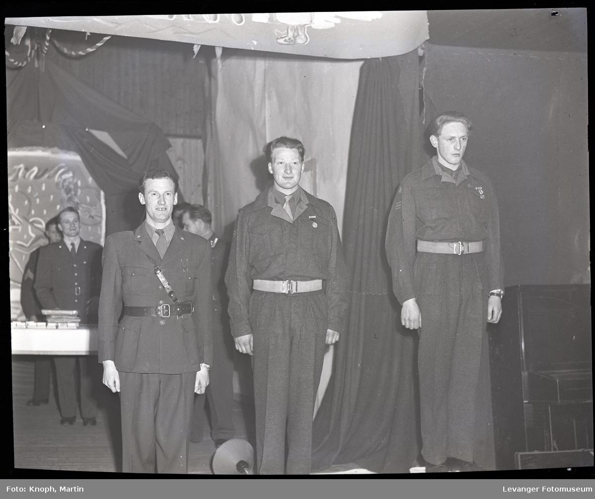 Soldater honoreres i leiren.