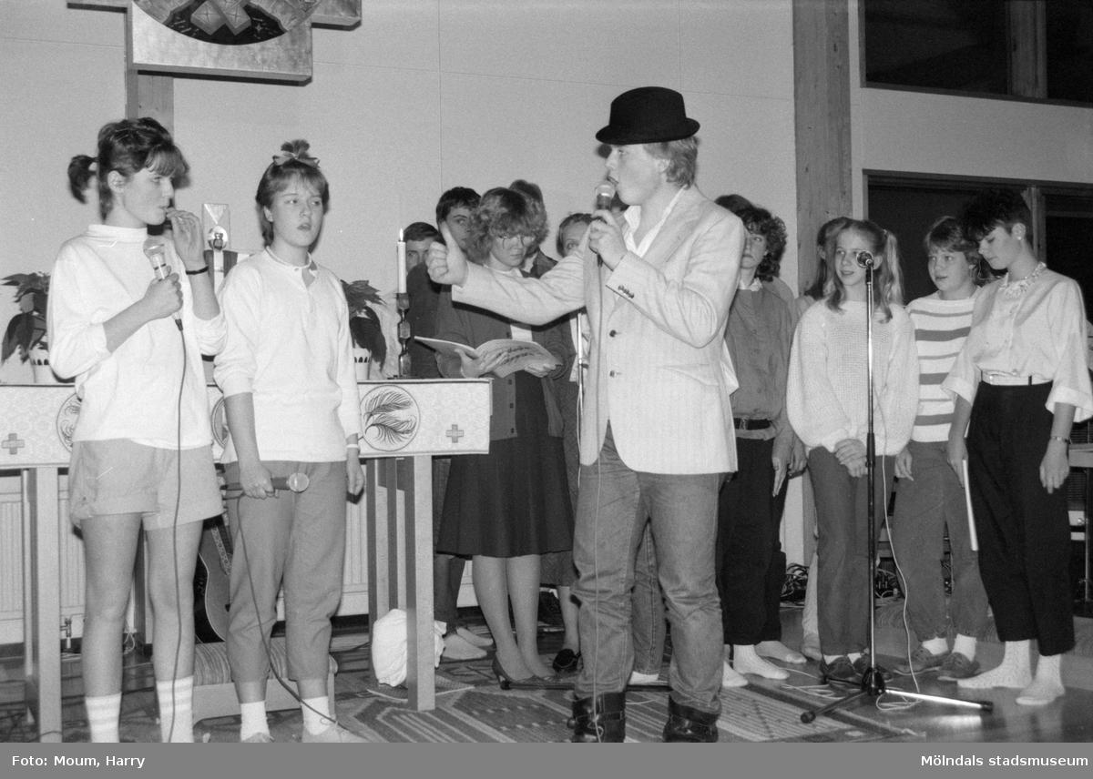 """Fässbergs Ungdomskör framför musikalen """"Pappa"""" i Apelgårdens kyrka i Kållered, år 1985. """"Är ni Guds barn och varför tycks killen med hatten fråga.""""  För mer information om bilden se under tilläggsinformation."""