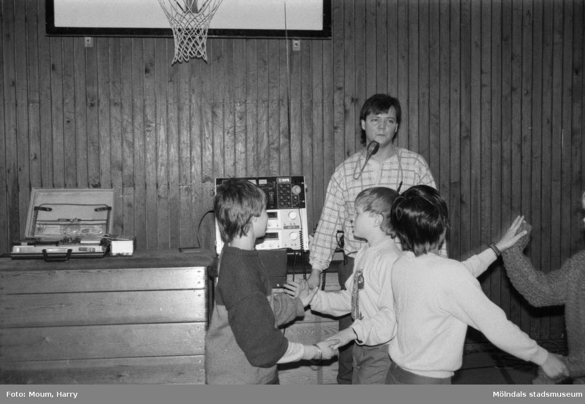 """Dansundervisning för skolbarn i Sinntorpsskolans gymnastiksal. Lindome, år 1985. """"Danspedagogen Lennart Haglund lär Sinntorpsskolans elever att dansa och umgås på ett positivt sätt.""""  För mer information om bilden se under tilläggsinformation."""