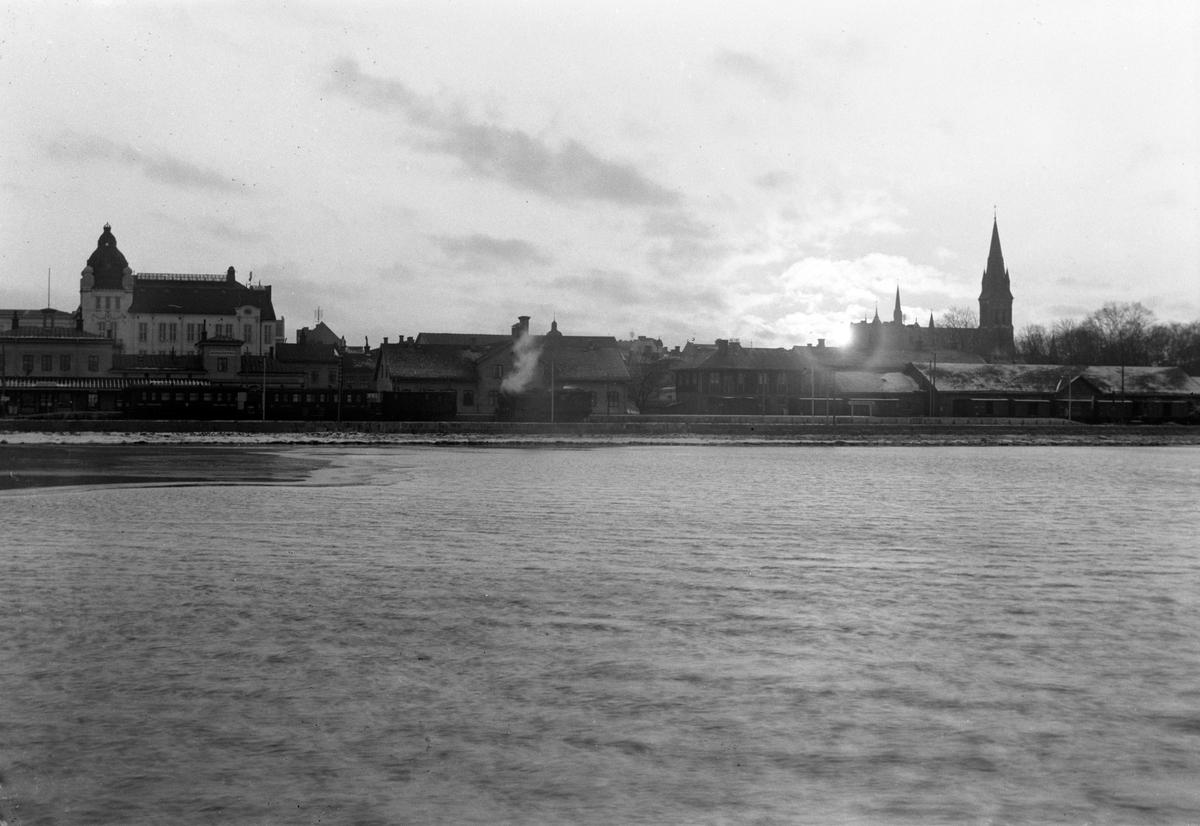 Vy över delar av Jönköping med Vättern i förgrunden. Sofiakyrkans torn till höger och järnvägsstationen till vänster.