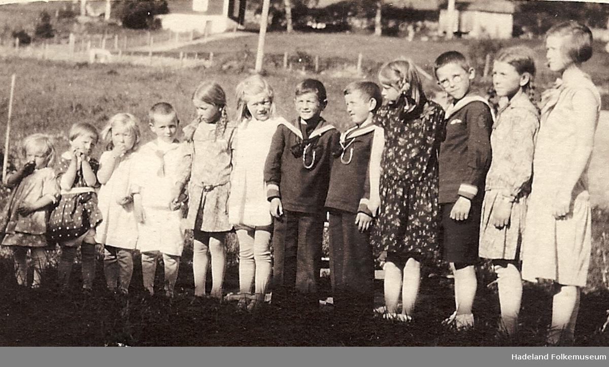Knut og Kjell Sterud i matrosdresser sammen med noen av sine søskenbarn i 1931.