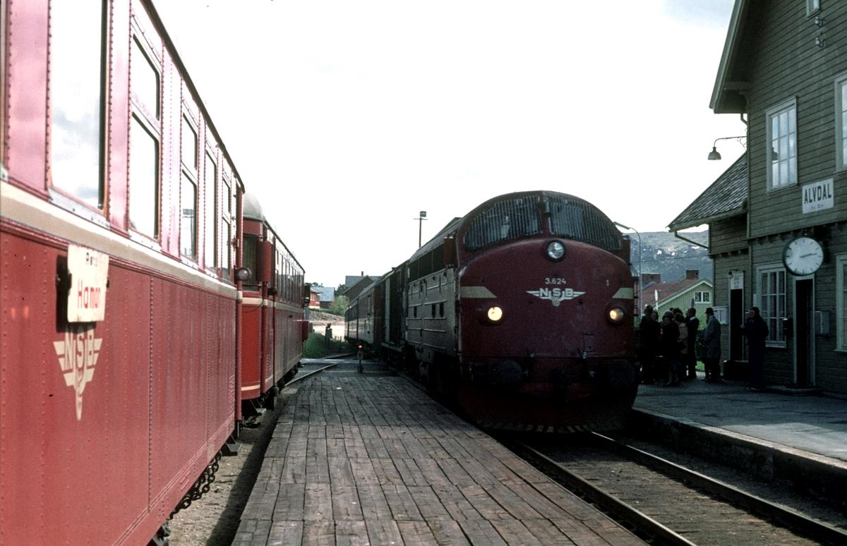 Persontog 372 og hurtigtog 301 krysser i Alvdal. Motorvogn BM 86G 13 og styrevogn BFS 86G. Dieselelektrisk lokomotiv Di 3 624.
