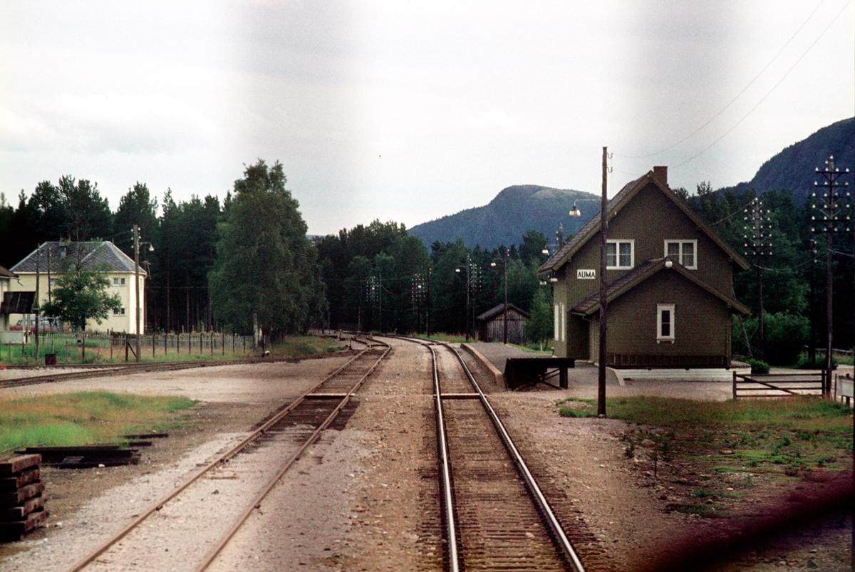 Auma stasjon sett fra lokomotivet i tog 302, dagtoget Trondheim - Oslo Ø over Røros.