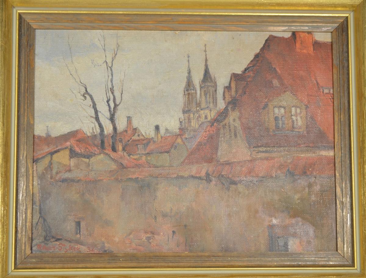 Motivet viser et byprospekt som med en mur i forgrunnen. I bakgrunnen sees hustag med rød teglstein og to kirkespir i senter, samt et tre til venstre i bildet.