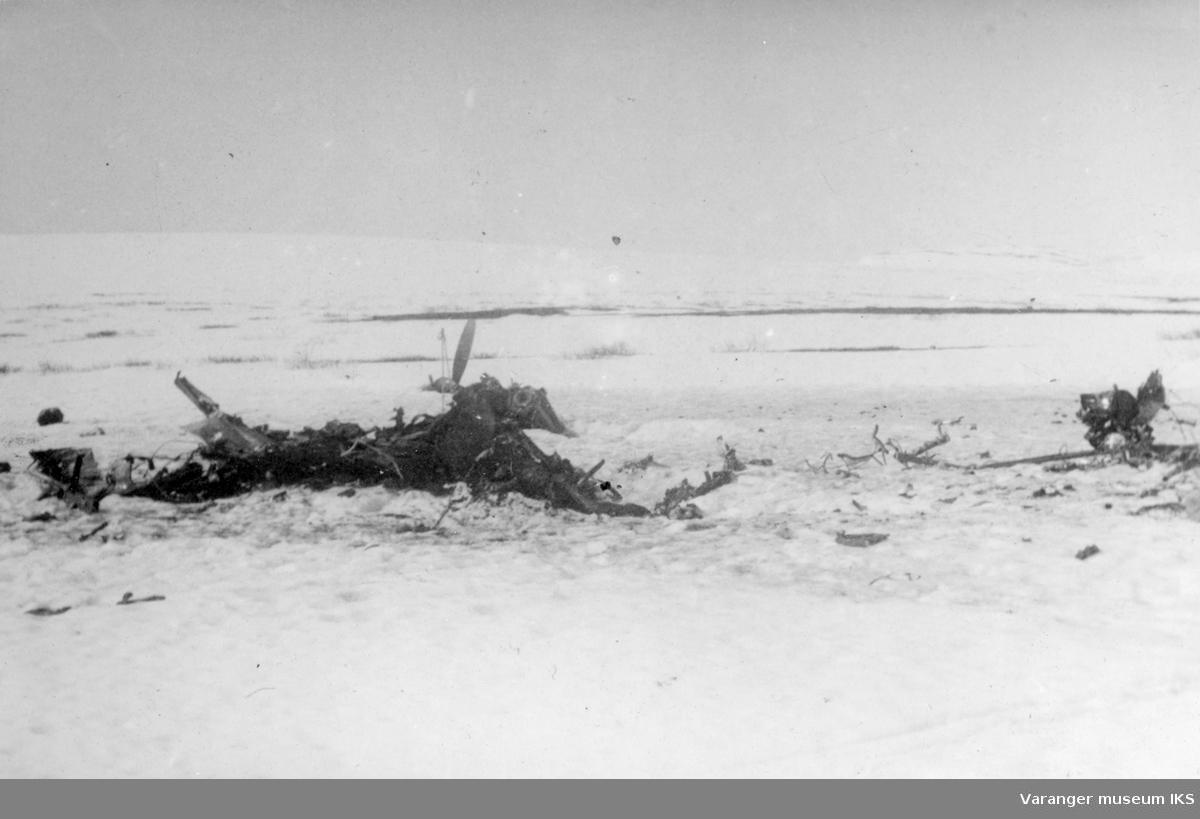 Vrakrester tilhørende jagerbomberen som ble skutt ned utenfor Vadsø 10/5-1944. Bildet er tatt dagen etter, 11. mai 1944.