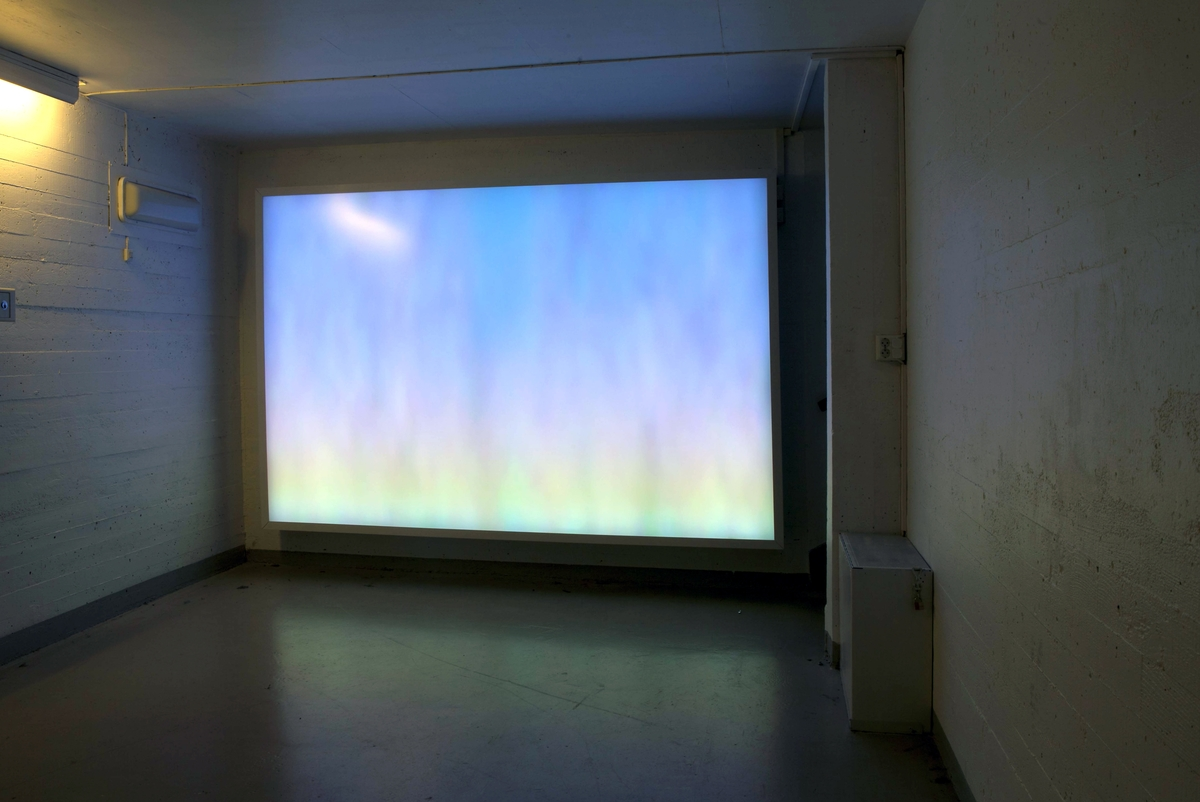 """Lysinstallasjonen er montert i en underjordisk tunnel, såkalt kulvert. Denne benyttes av fengselets innsatte når de beveger seg mellom celler og fellesverksteder. De innsatte """"busses"""" gjennom gangen i grupper, mens andre venter på sin tur. Ventingen innebærer mindre oversikt og potensiell uro, men også kjedsomhet. Et behov for visuell adspredelse er stor, og dette har fått et konkret og funksjonalistisk tilsvar i en lysboks, plassert på endeveggen. Lysboksen er programmert slik at en lyssyklus starter kl. 05.00 hver morgen. Lysboksen skifter mellom ulike fargespektre og kan minne om himmelhorisonter og lysfenomener vi kan observere i fri luft eller avbildet på kataloger til eksotiske reisemål. Det hele i løpet av 12 timer. Hver dag i uken har en unik fargekombinasjon. Tanken er at brukerne med tiden skal kunne ane hvilken dag det er ved å observere fargene. Selv om minimalisme og teknologisk funksjon er vektlagt, har verkets illusoriske og optiske egenskaper et klart estetisk-subjektivt uttrykk. Tanken er at brukerne med tiden skal kunne ane hvilken dag det er ved å observere fargene.Hver dag i uken har en unik fargekombinasjon. Tanken er at brukerne med tiden skal kunne ane hvilken dag det er ved å observere fargene."""