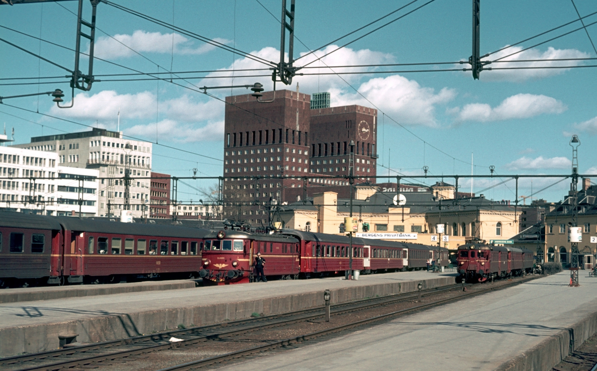 Oslo Vestbanestasjon. Tog med elektrisk lokomotiv type El 11 og motorvognsett type 68A. Personvogner av type 3.
