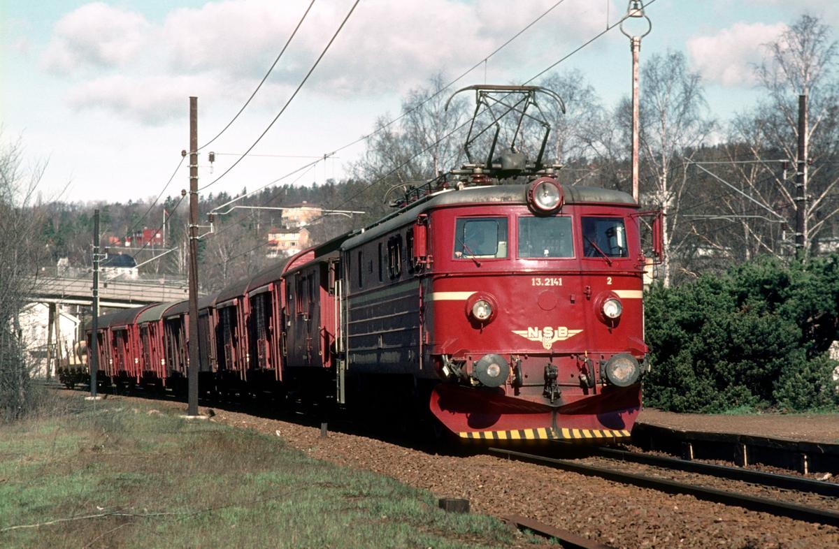 Underveisgodstog på Drammenbanen ved Skøyen med lokomotiv El 13 2141, på vei mot Filipstad. Konduktørvogn litra FV.