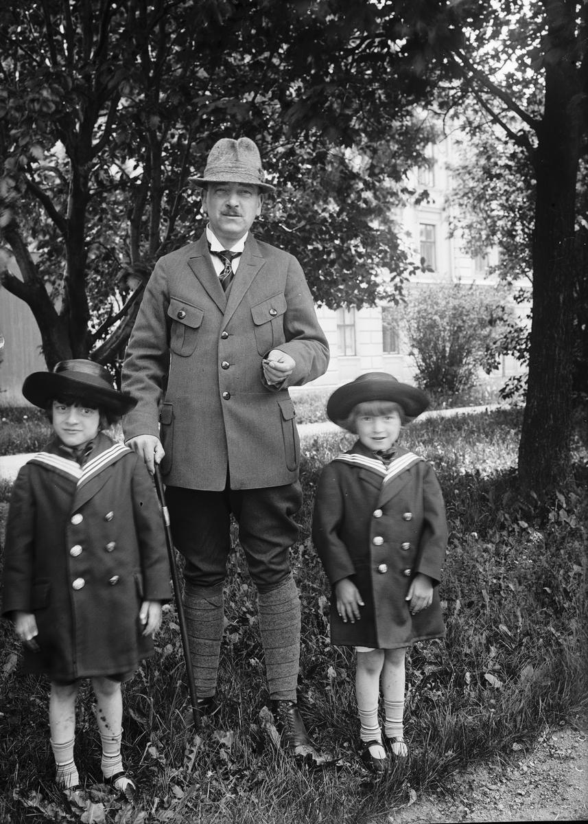 """""""Herr Bergman med sina söner i trädgården"""", Uppsala"""