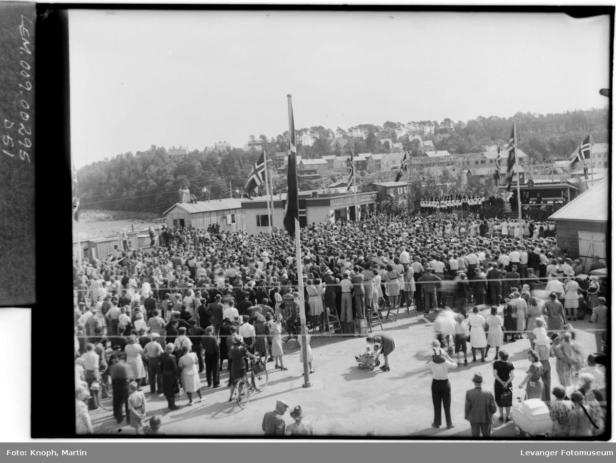17. mai på Steinkjer, folkemengde samlet.