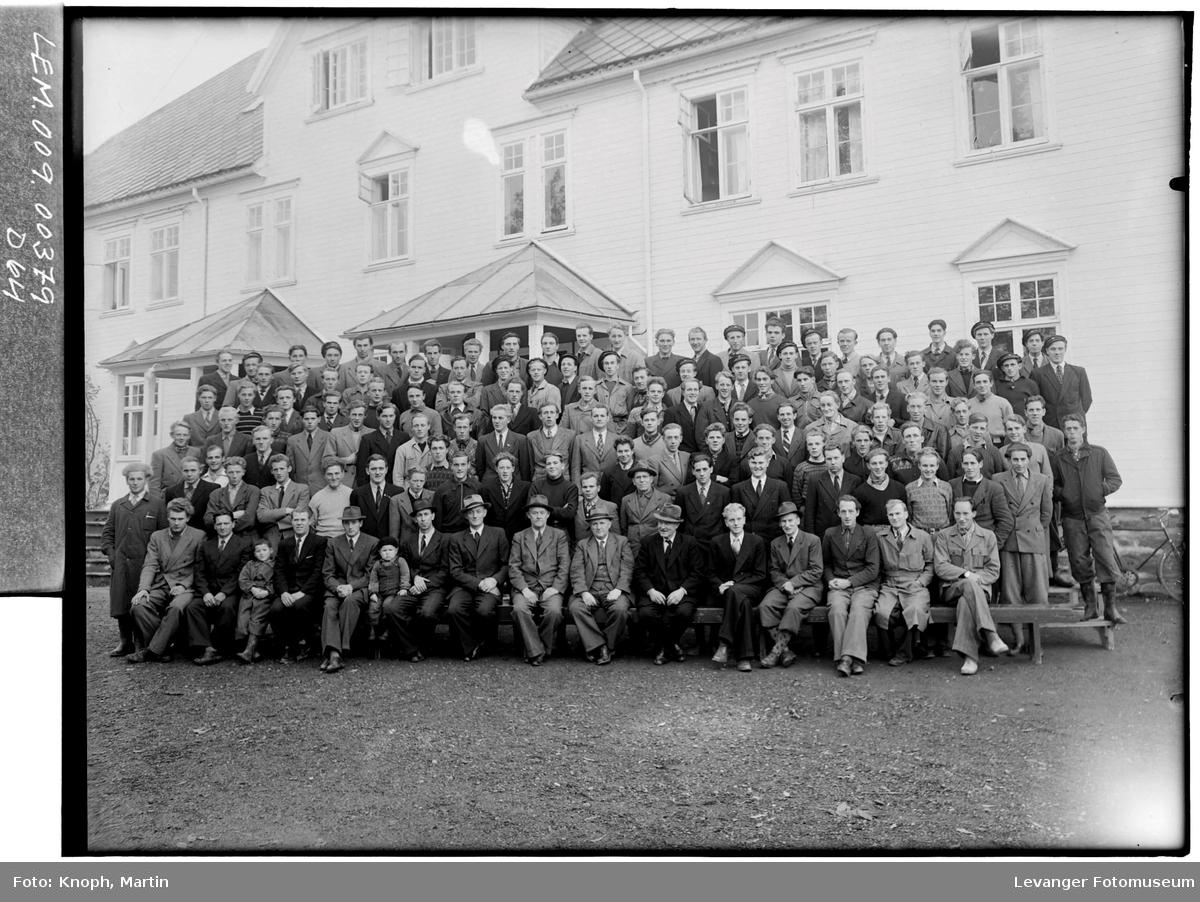 Elever og ansatte ved Mære Landbruksskole.