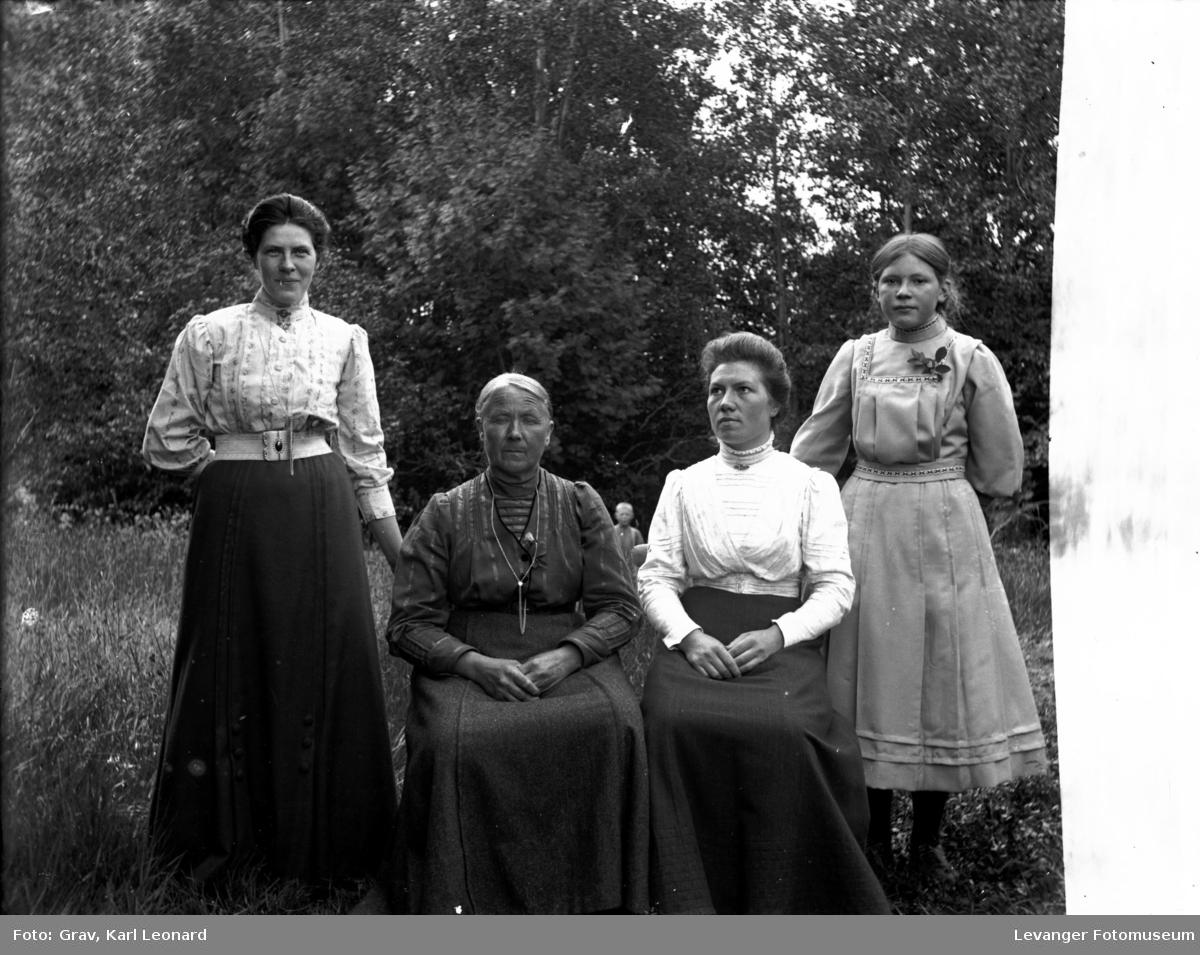 Gruppebilde, tre kvinner og en jente i hage.(se gutten bak)