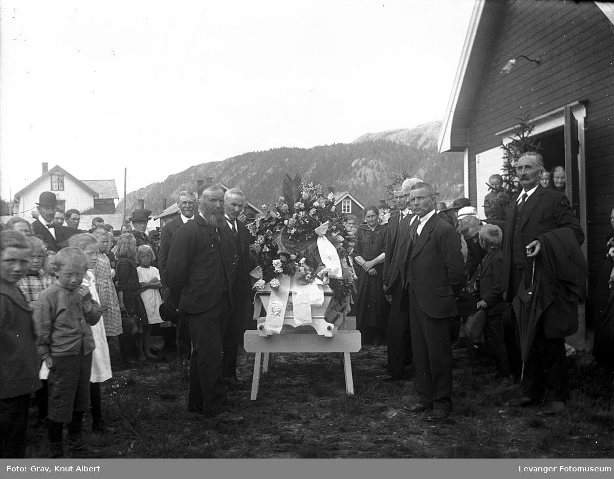 Begravelse på Bangsund. Kiste utenfor bedehuset