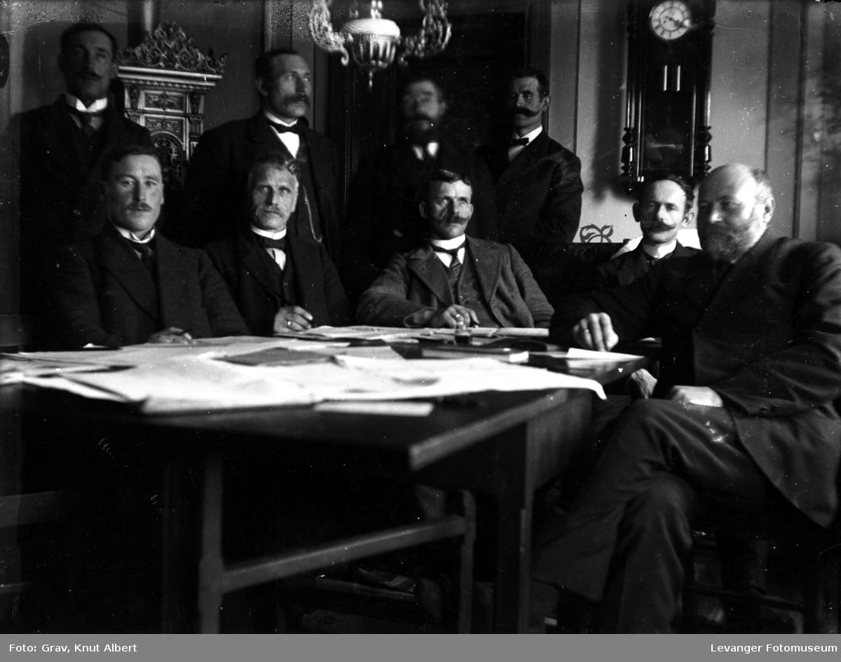 Gruppebilde.Karl L.Grav skimtes helt til venstre.