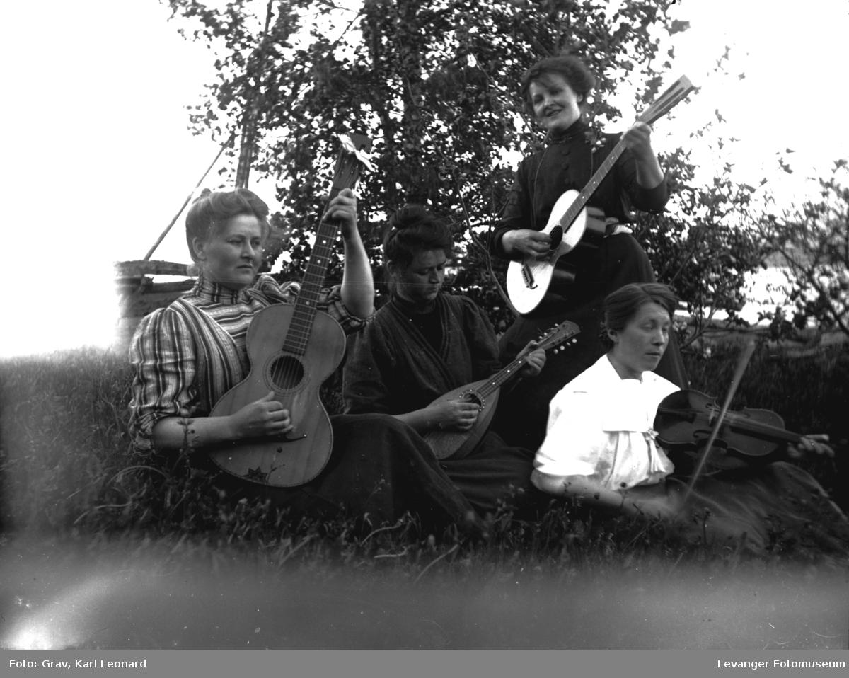 Gruppebilde. Fire kvinner med musikkinstrumenter