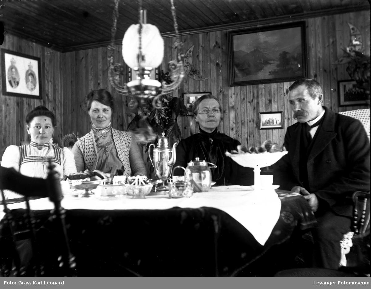 Gruppebilde, familie ved kaffebord