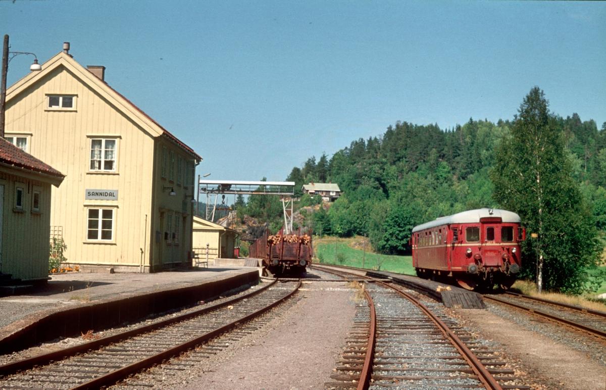 Sannidal stasjon med persontog. BM 86 16.