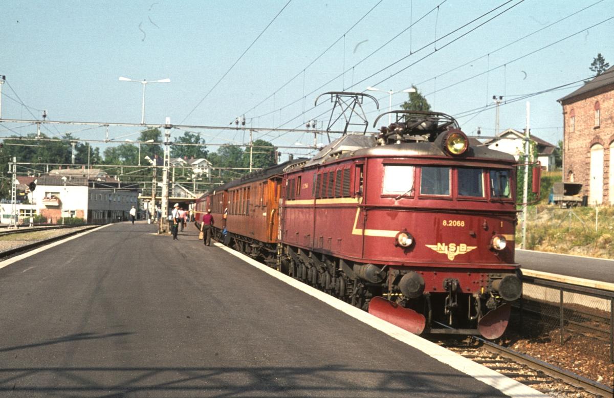 El 8 2068 med persontog 539 Oslo V - Vestfossen, stopper i Asker.