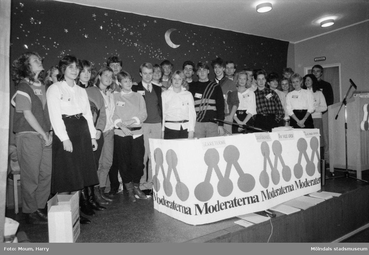 Bohusdistriktet av Moderata Ungdomsförbundet har sin distriktsstämma i Sinntorpsskolan i Lindome, år 1985.  För mer information om bilden se under tilläggsinformation.