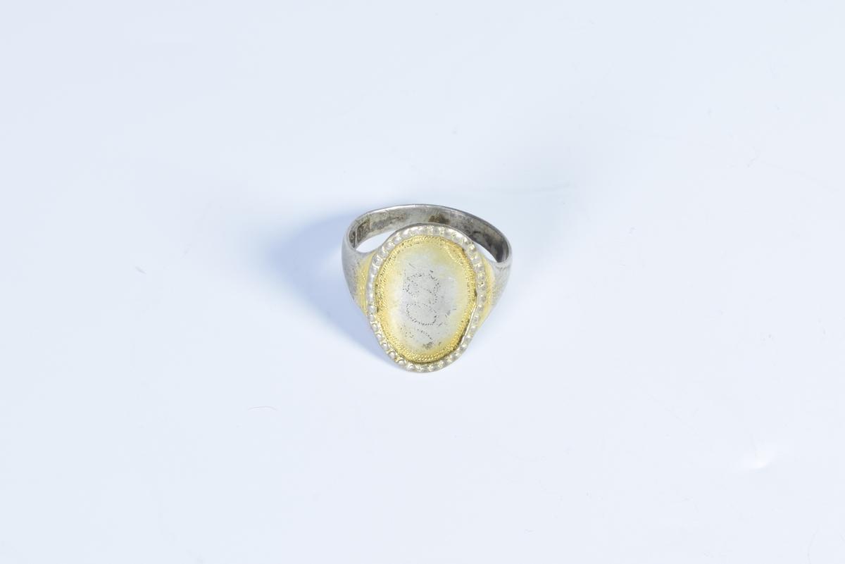 Sølvring med prikkdekor og initialer.