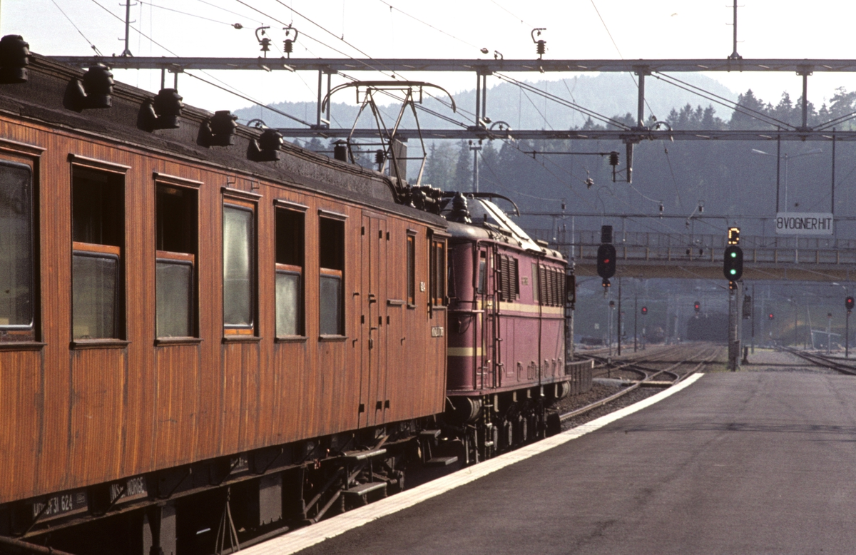 Persontog med elektrisk lokomotiv El 8 2068. Asker stasjon.