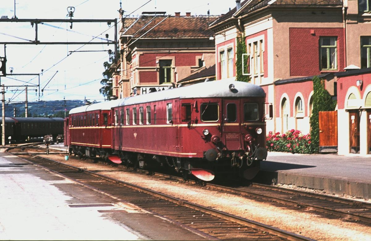 Hamar stasjon. Motorvognsett type 86 / 91. Styrevogn BFS 91, motorvogn BM 86F