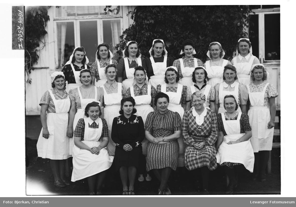 Unge kvinner i gruppe.