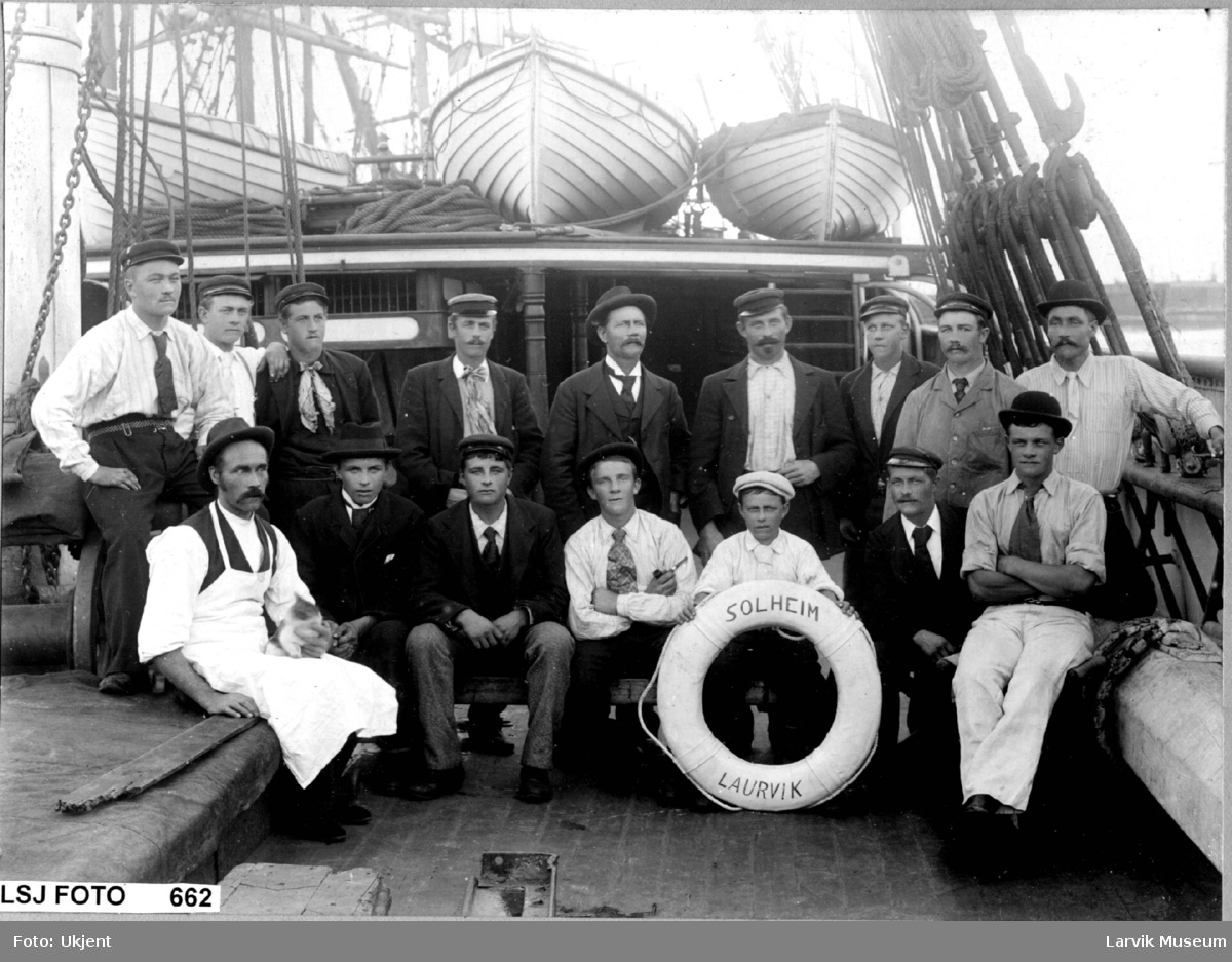 """gruppebilde, båtmannskap, """"Solheim"""" av Laurvig"""