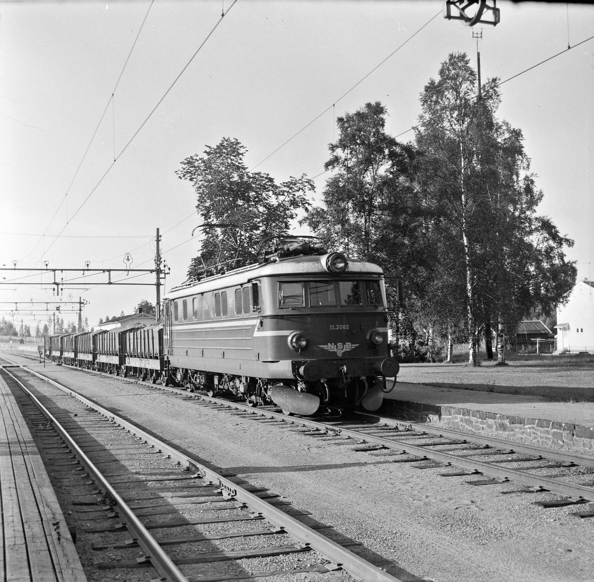 Elektrisk lokomotiv type El 11 med grustog.