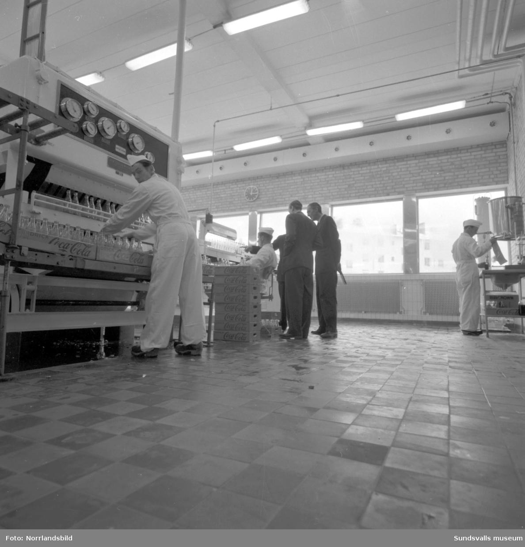 Invigning av Cocacola-fabriken i Nacksta. Interiörbilder i fabriken samt bilder från invigningslunchen på Knaust. En av värdinnorna, i Medelpadsdräkt, är Ingrid Johansson och bland gästerna finns bland andra polismästare Stig Save och backhopparen Sven Selånger.