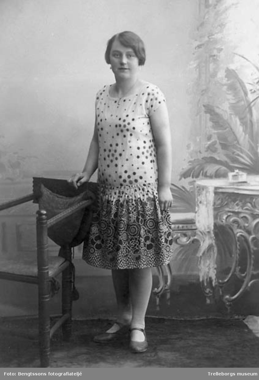 3880f606ad39 Kvinna i mönstrad kort klänning. - Trelleborgs museum / DigitaltMuseum