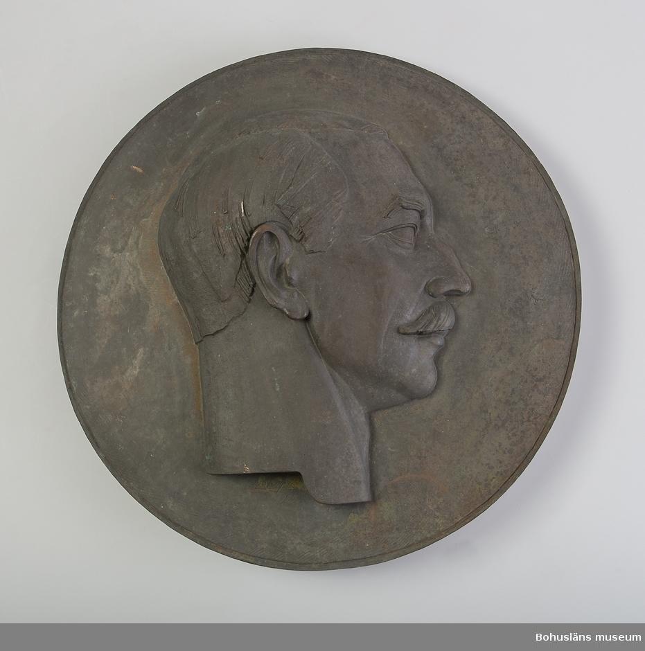 Bronsrelief av skulptör Carl Otto Berger (1885 - 1938) föreställande Viktor Forshell.