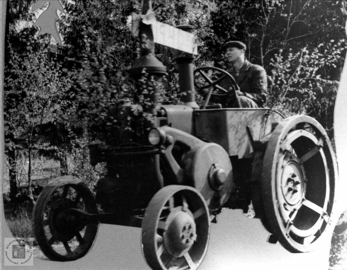 """Simon Usland med """"Lanz"""" traktor 1941 modell"""