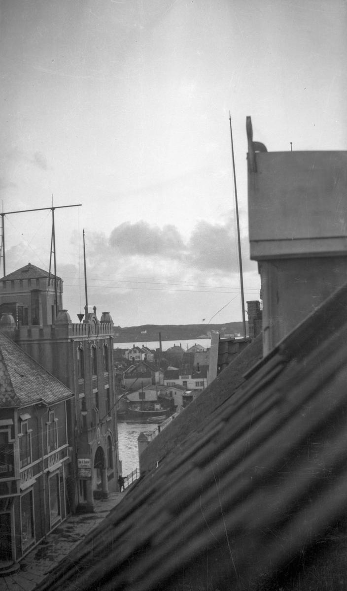 Sjømannsforeningen. Smedasundet  nedenfor, midt på bildet med noen båter ved kai.