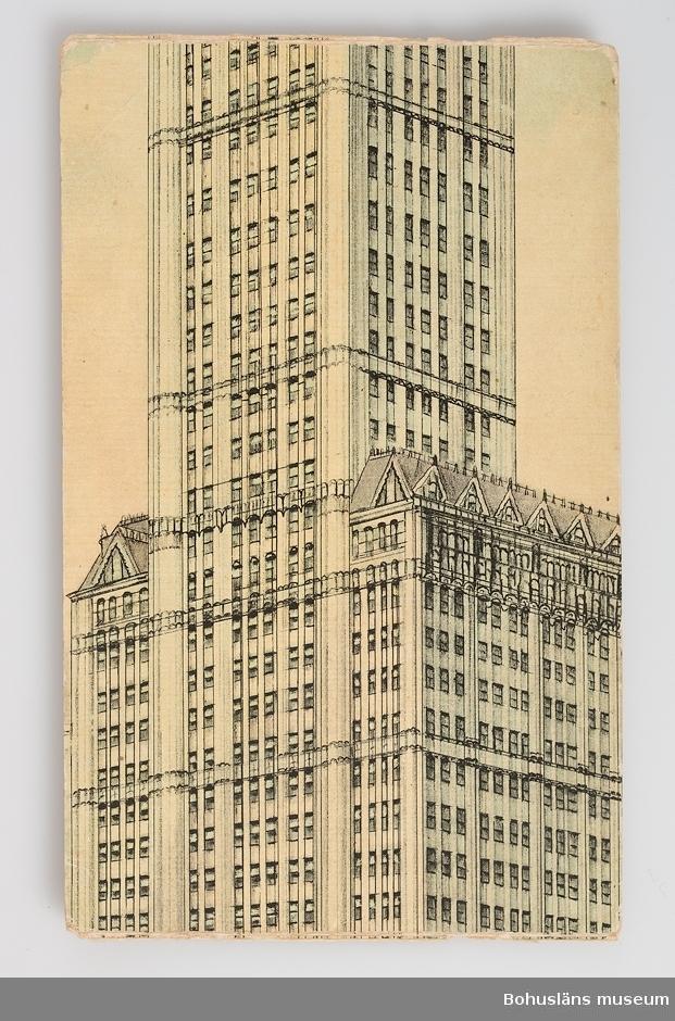 Vykort med motiv skyskrapa i New York. Tryck i svart och blått.