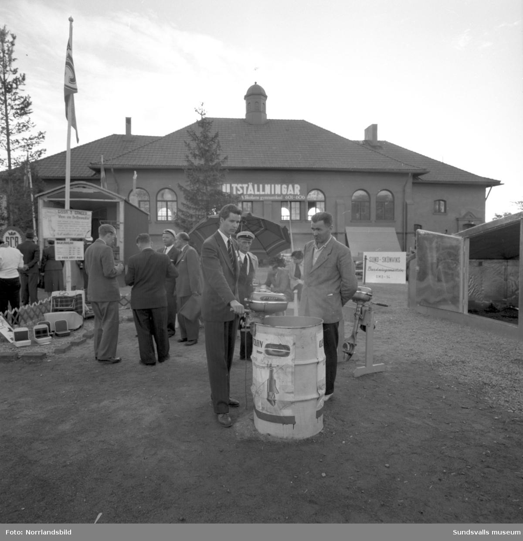 Delfin båtmotor demonstreras på marknad/utställning vid GA-skolan.