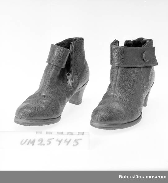 """Vinterskor för dam. Svart läder, dragkedja på insidan foten. Längs överkanten en kraftigare slå. På undersidan märkt """"Kunzit"""" och """"5 1/2""""."""