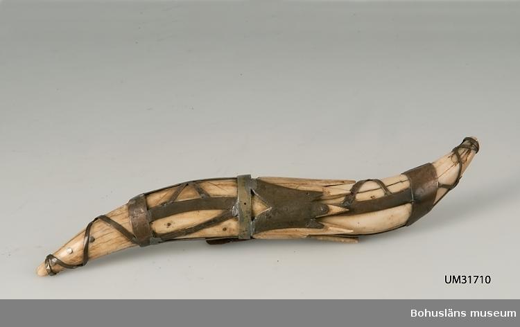 Skaft och slida av lejontand, metallbeslagen. Tillverkad av Ferdinand Wiberg 1890 - 1966. Född i Ljusdal, Hälsingland. Fritz