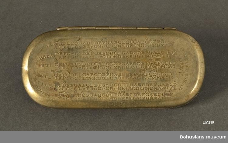 Ur handskrivna katalogen 1957-1958: Tobaksdosa Bottenmått. 13 x 5,5 H: 2,0 Mässing. Lock o botten: kalender Föremålet helt.