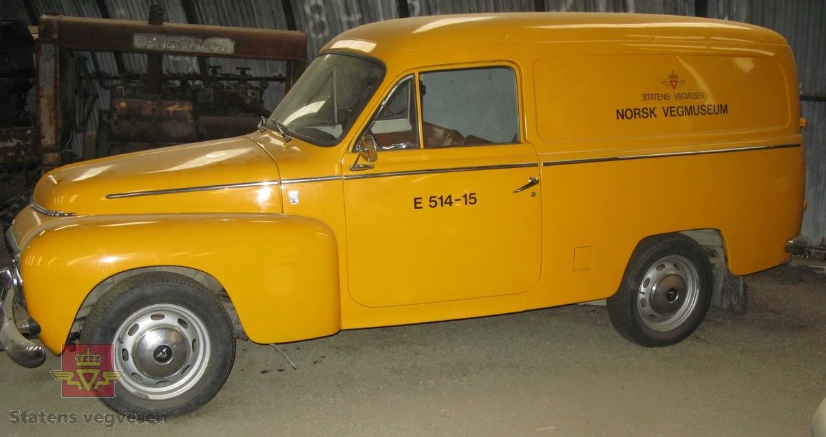 Varebil med 2 dører på siden og 2 bakdører. Har 2 seter, er gul, (vegvesen gul), med brunt og grått interiør. Hvitlakkert i motorrom og innvendig, (Volvo farge nr. 27). Har hengerfeste, (tilhengerkopling). Motoren er en bensindrevet B 18 A forbrenningsmotor med forgasser. Motorvolumet er 1800 kubikkcentimeter og ytelsen er 85 Hk SAE. Girkassen har manuell giring.