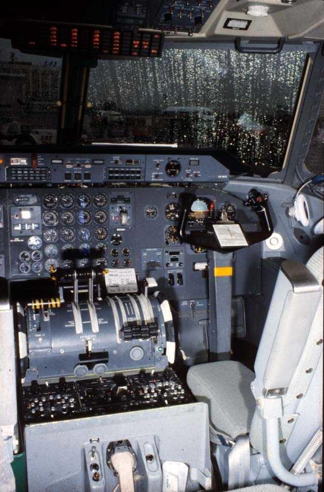 Cockpit. Ett fly, De Havilland Canada DHC-7-102 Dash7 fra Widerøe.