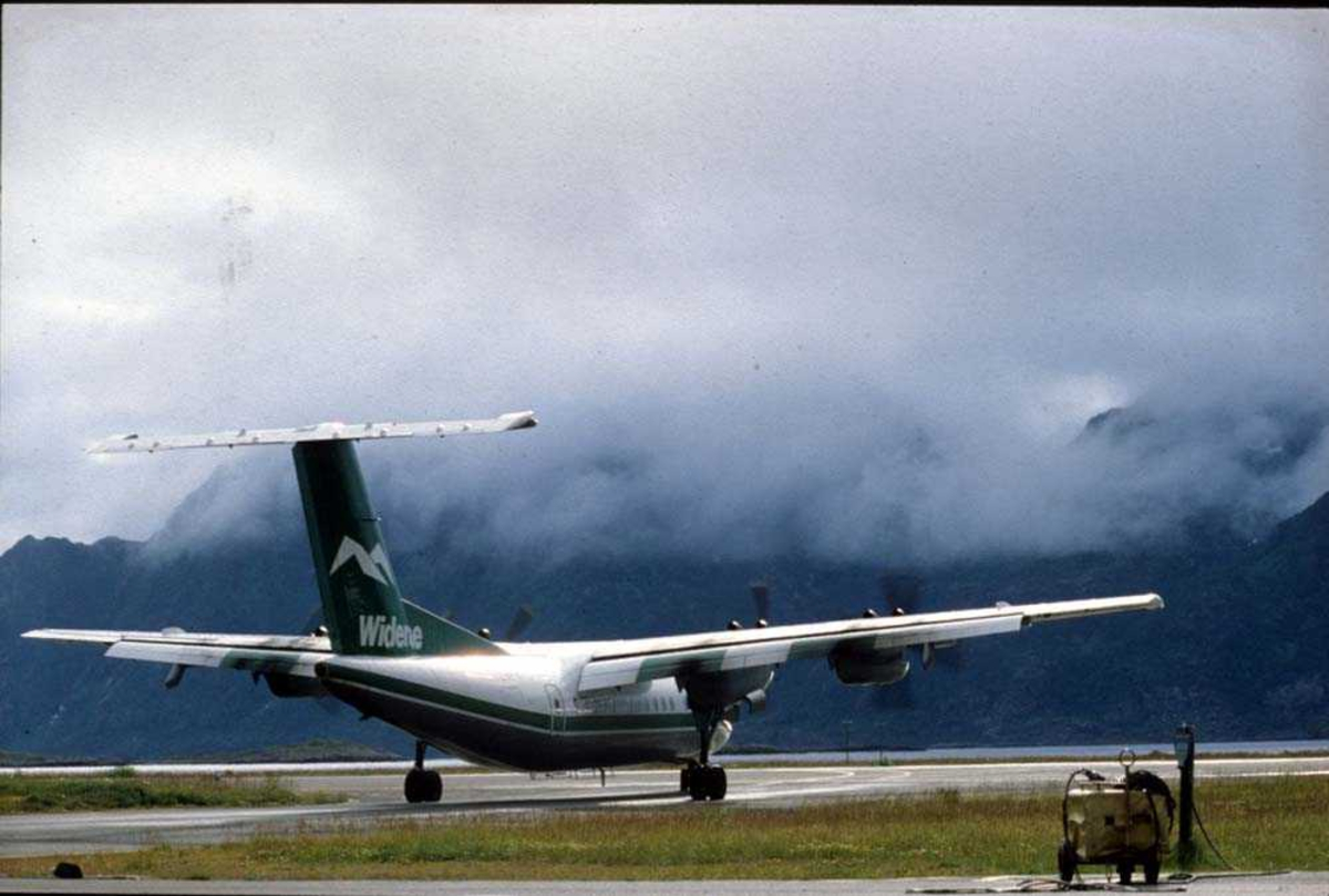 Lufthavn/Flyplass. Svolvær. Ett fly, De Havilland Canada DHC-7-102 Dash7 fra Widerøe.