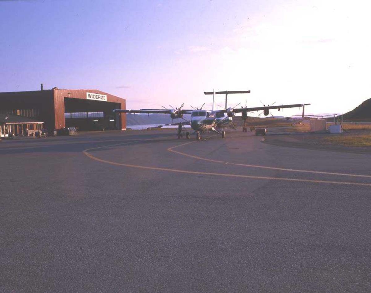 Lufthavn/flyplass. Hammerfest. To fly, LN-WFI, DHC-7-102/ Dash7 og LN-BNJ, DHC-6-300 Twin Otter, fra Widerøe.