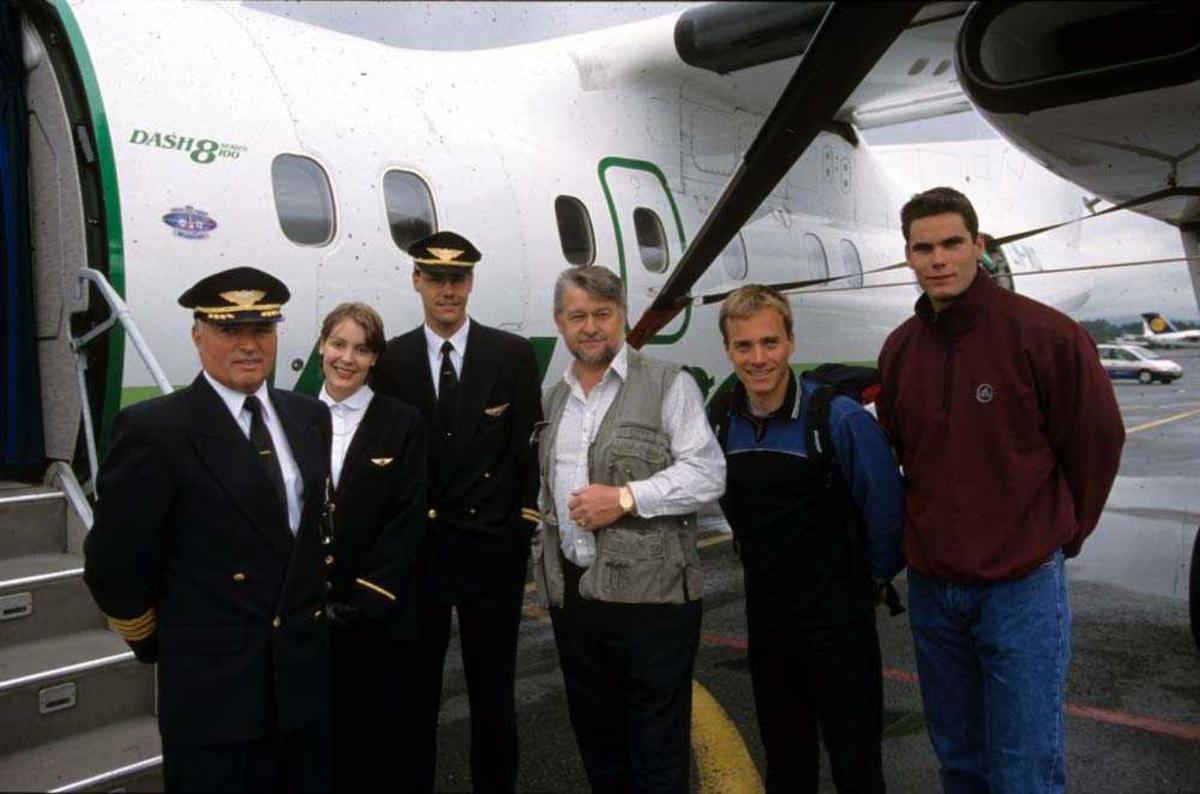 Lufthavn/Flyplass. Sandefjord. Flybesetning (crew) og skiløpere. Ett fly, De Havilland Canada DHC-8-103B Dash8 fra Widerøe.