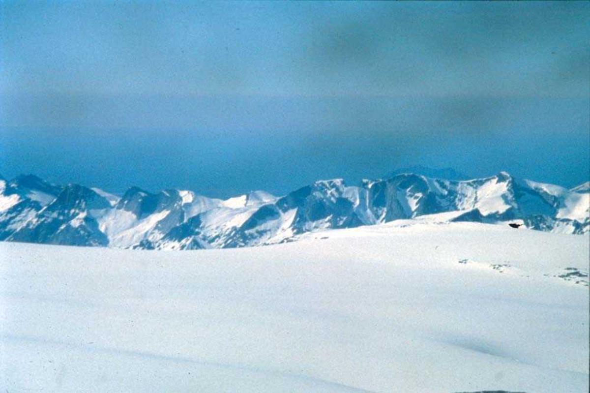 Landskap. Isbre og fjelltopper. Ett sted på Vestlandet.