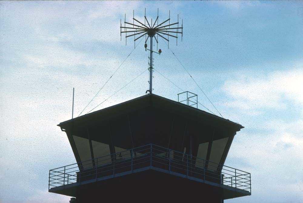 Lufthavn/Flyplass. Sandane. Toppen av AFIS tårnet med diverse antenner.