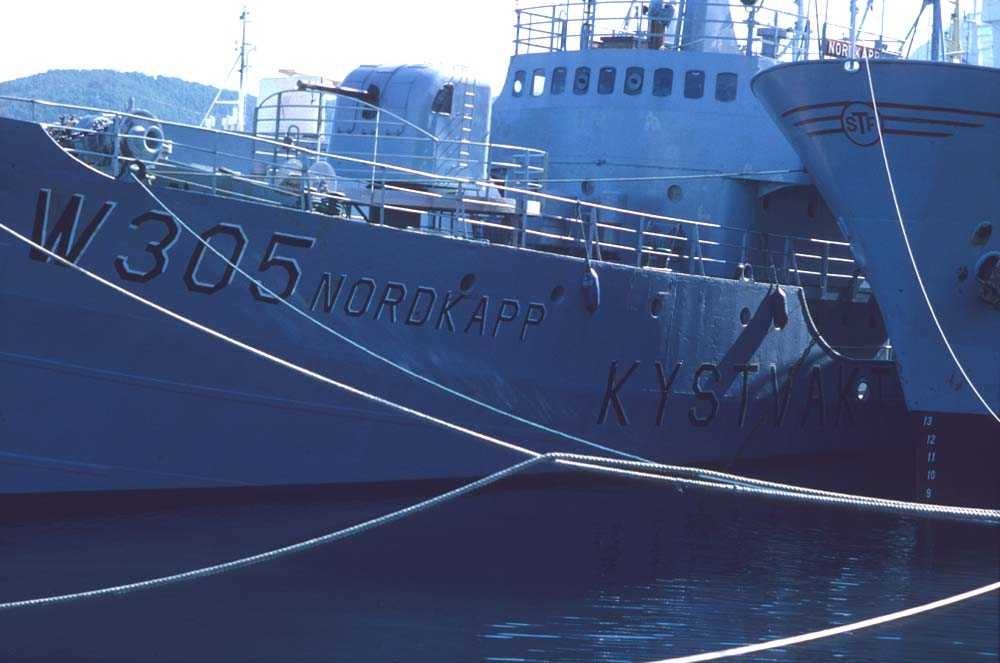Landskap. Harstad havn. Kystvaktskipet Nordkapp ligger ved kai før neste tokt til Barentshavet.