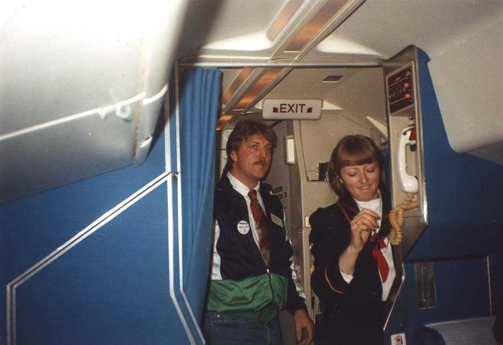 Kabin. Et fly, DHC-7/Dash7 og to personer, en kabinansatt/flyvertinne og en trafikkleder fra Widerøe.