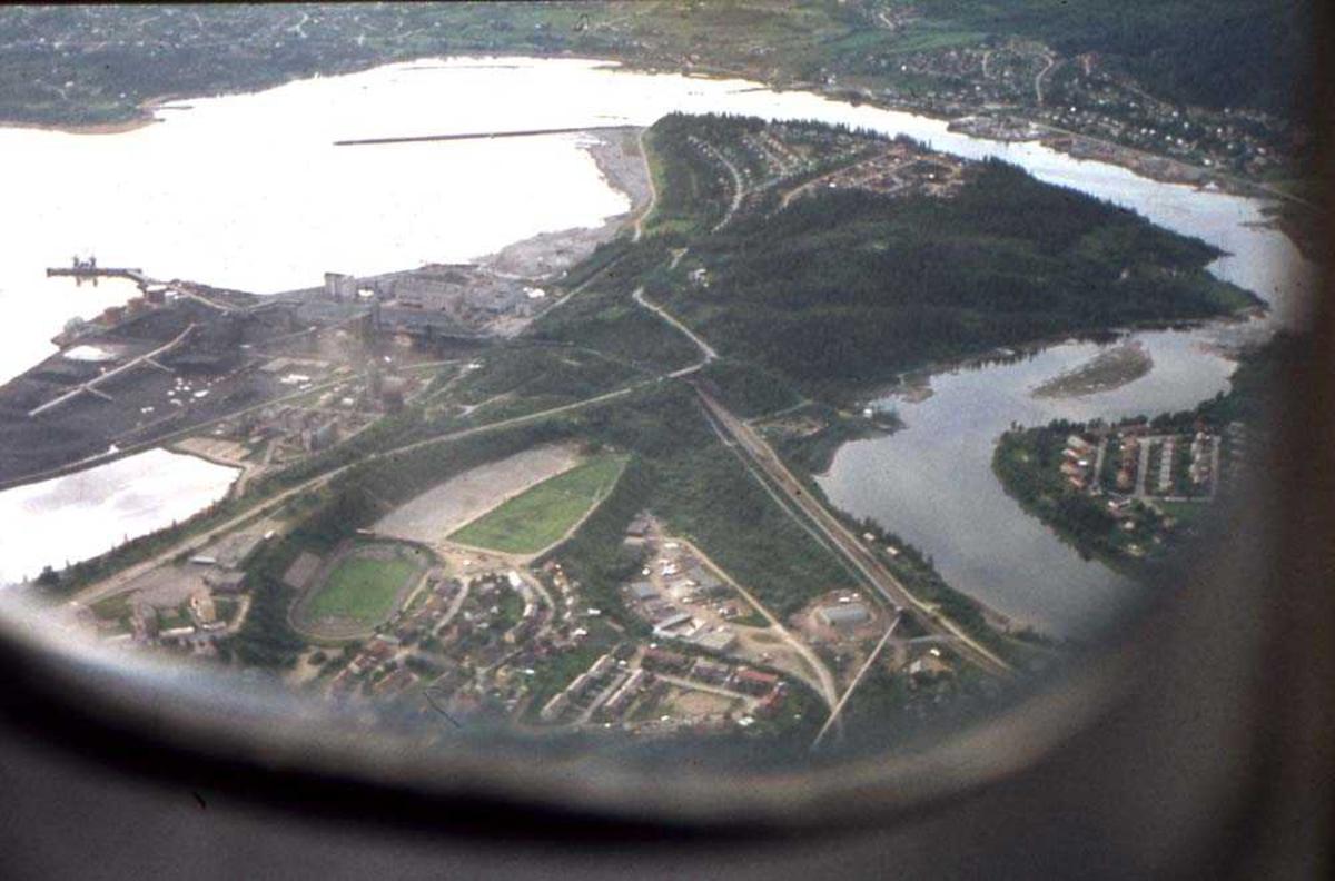 Luftfoto. Mo i Rana. Parti fra byen og havneområdet. Foto tatt fra kabin  i et Widerøe fly som skal lande på Røssvoll.