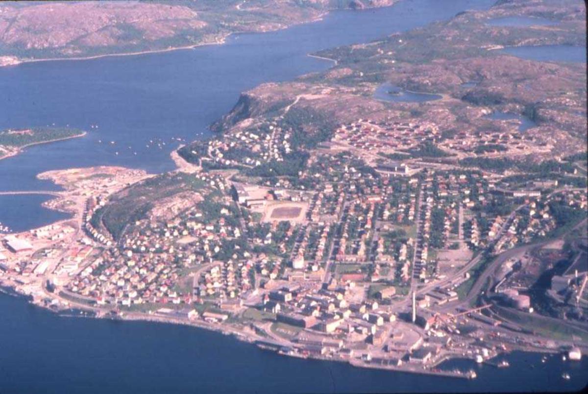 Luftfoto. Kirkenes. Foto av byen tatt fra en DHC-6-300 Twin Otter fra Widerøe.